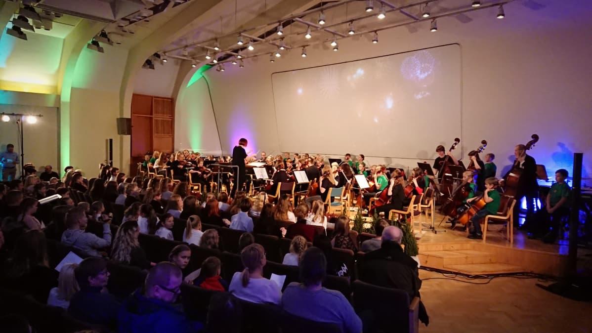 Joensuun konservatorion jousiorkesteri esiityy konservatorion salissa.
