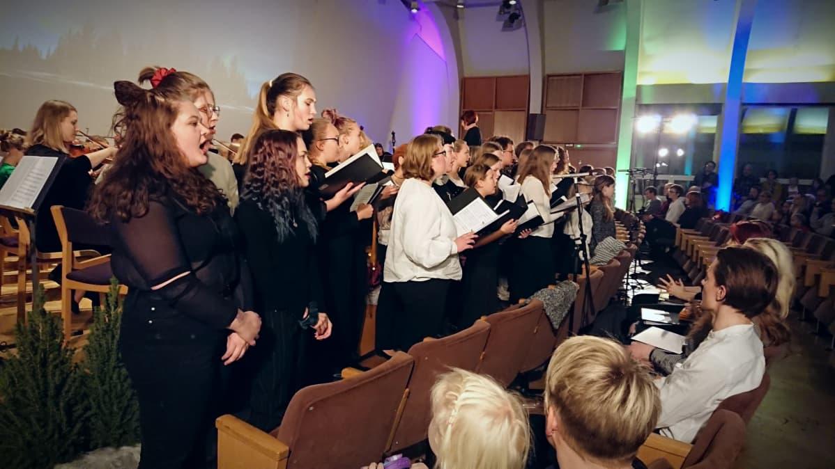 Joensuun konservatorion kuoro ja jousiorkesteri esiintyvät.