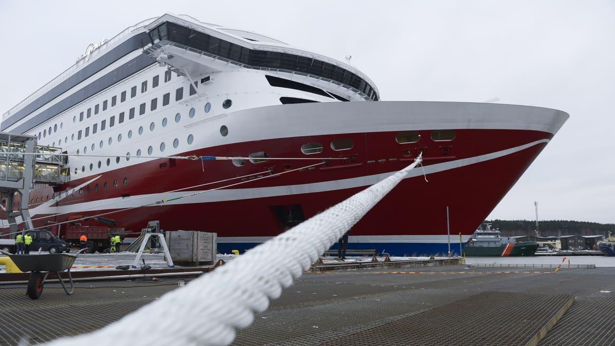 Viking Grace Turun satamassa.