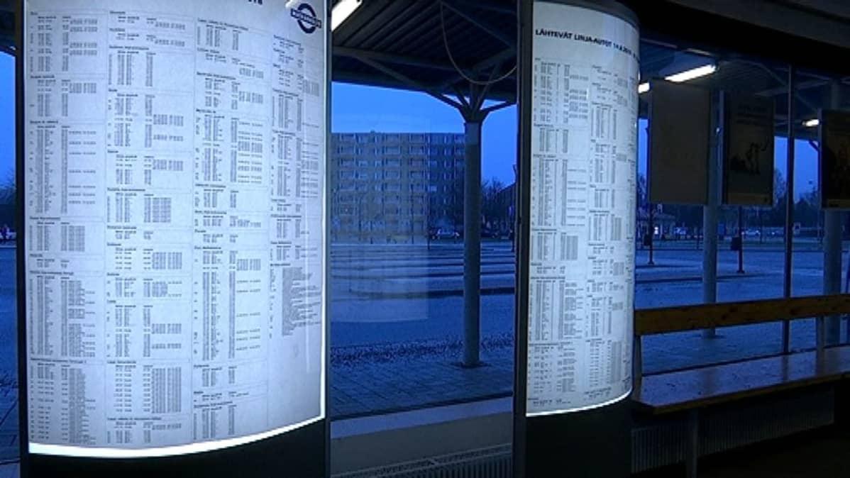 Aikatauluja Rauman linja-autoasemalla.