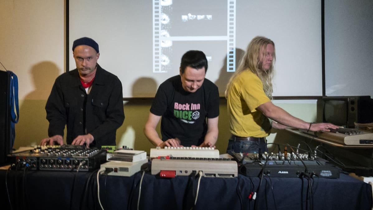 Kolme tamperelaismiestä soittaa tietokoneella.