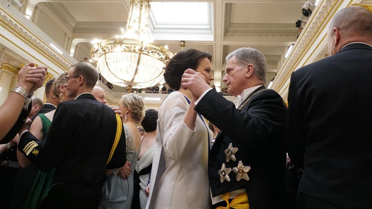 Tasavallan presidentti Sauli Niinistö ja rouva Jenni Haukio tanssin pyörteissä.