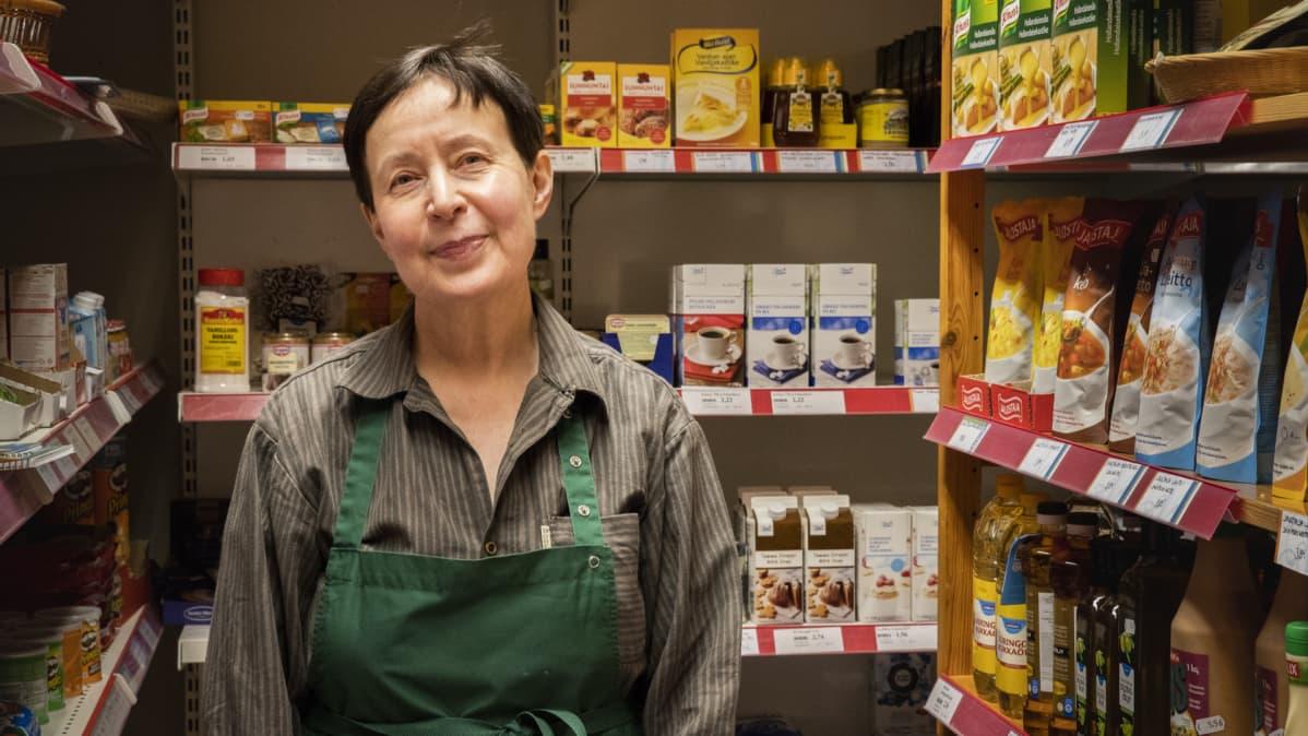 Pylkönmäkeläinen yrittäjä Marja-Liisa Lehtonen seisoo kaupassaan hyllyjen edessä