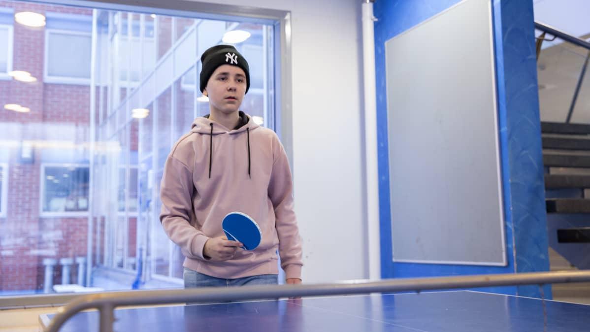 Kahdeksasluokkalainen Vili Nissinen pelaa pingistä liikuntatunnilla.