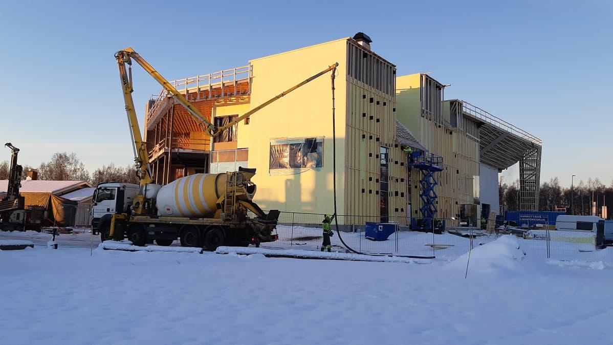 Kemin ympärivuotista lumilinna-rakennusta rakennetaan.