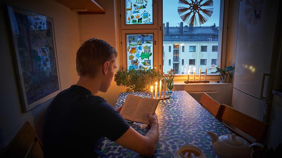 Joulurauha hiljaisuus kirjan lukija