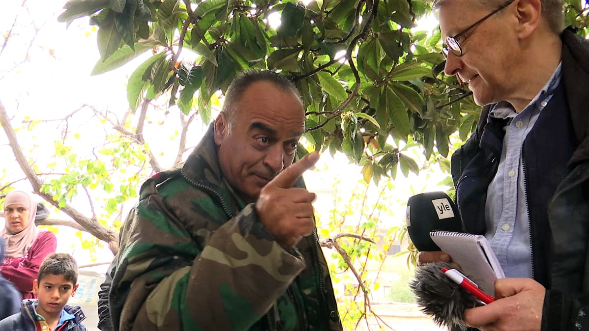 Sotilas heristelee sormea toimittajalle