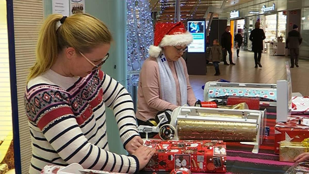 Miia Kirjonen ja Niina Nurminen talkoilevat tyttäriensä luistelujoukkueiden hyväksi kauppakeskus Karismassa Lahdessa.