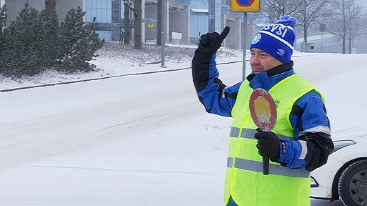 Sami Nordenswan ohjaa liikennettä FC Kuusysin joulumarkkinoilla.