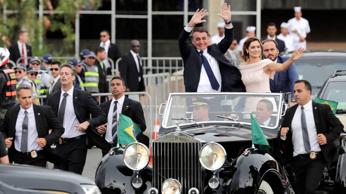 Bolsonaro saapui seremoniaan vaimonsa Michellen kanssa avomallisella Rolls-Roycella.
