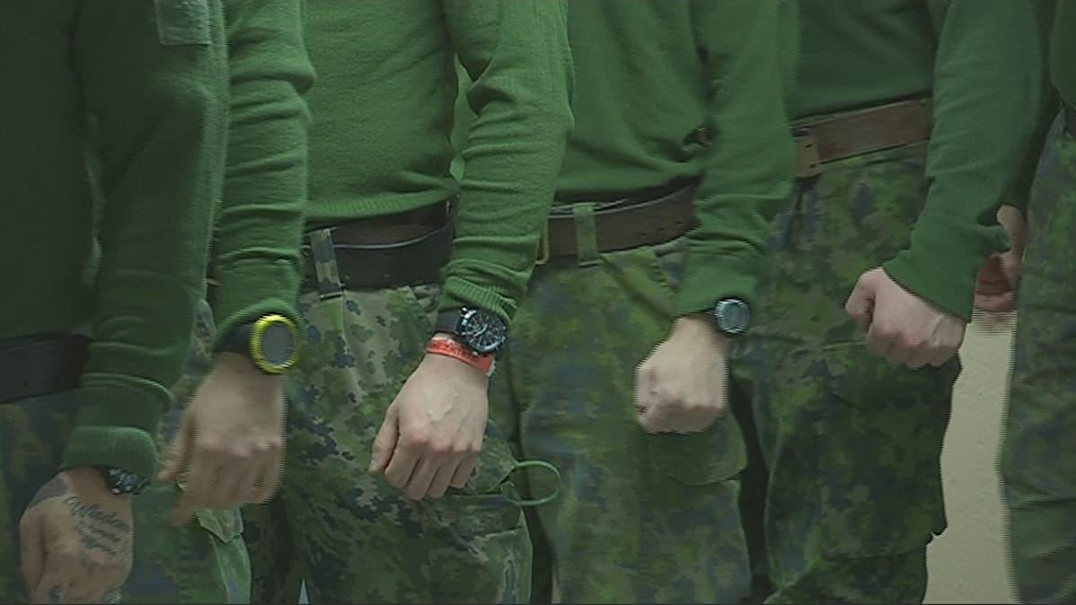 Sotilaiden käsissä olevia inttirolexeja