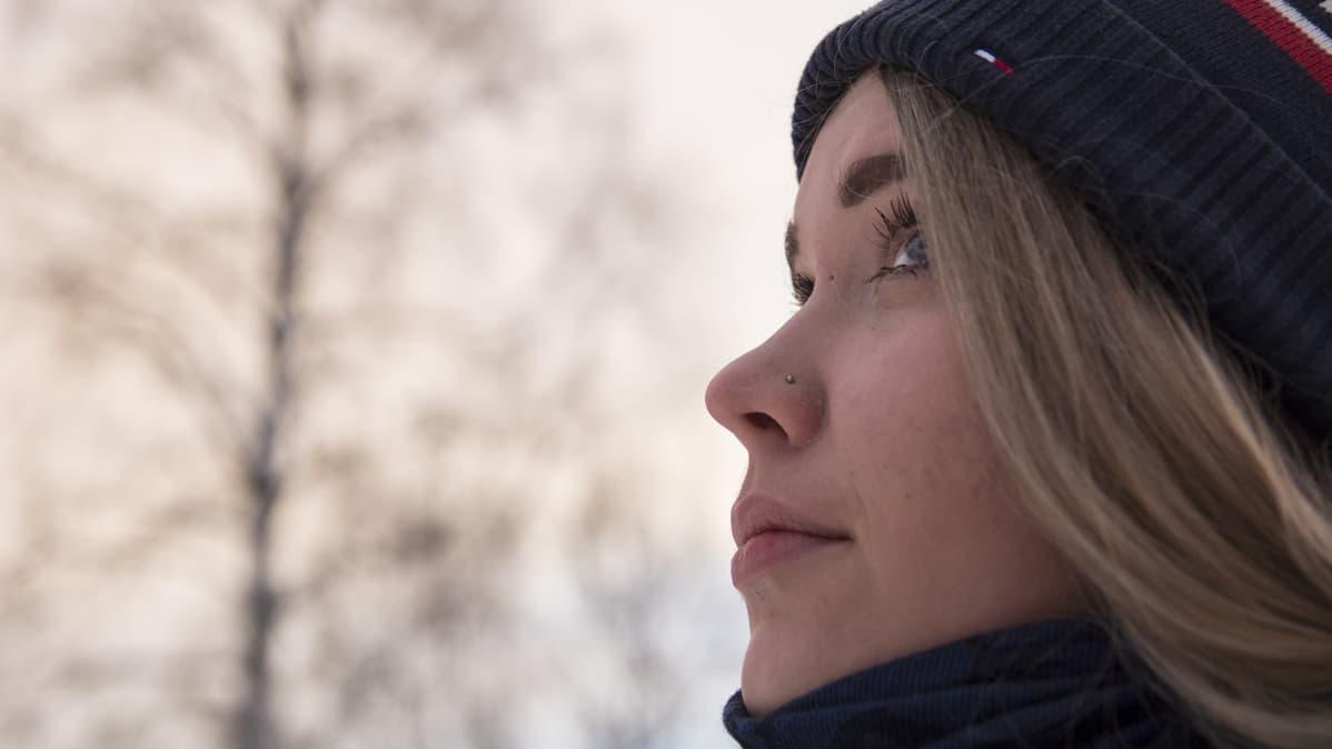 Anniina Rytkönen katselee taivasta