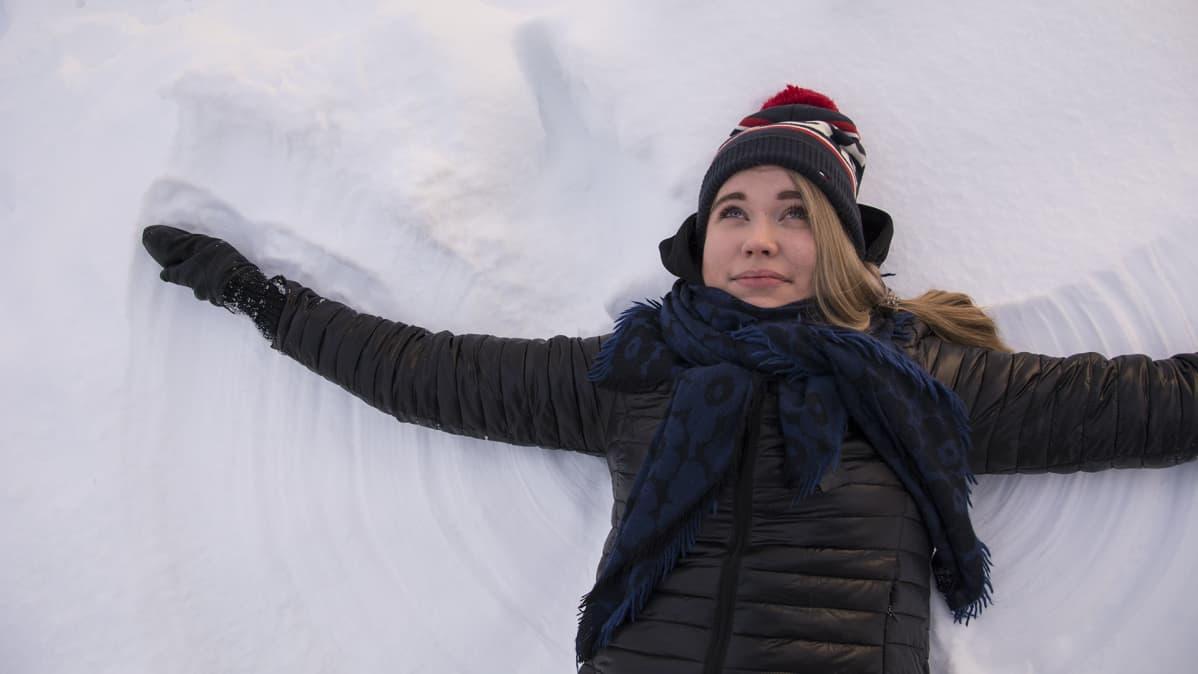 Anniina Rytkönen tekee lumienkeliä