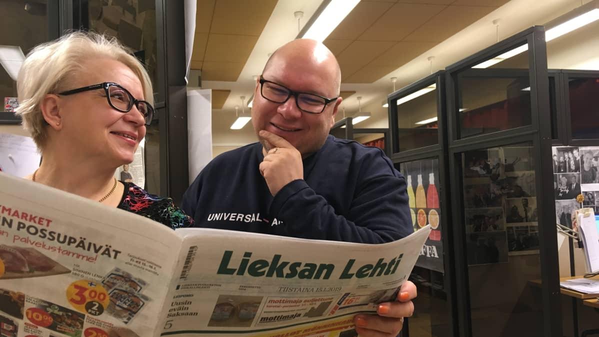 Lieksan Lehden päätoimittaja Marja Mölsä ja toimittaja Martti Heikkinen.