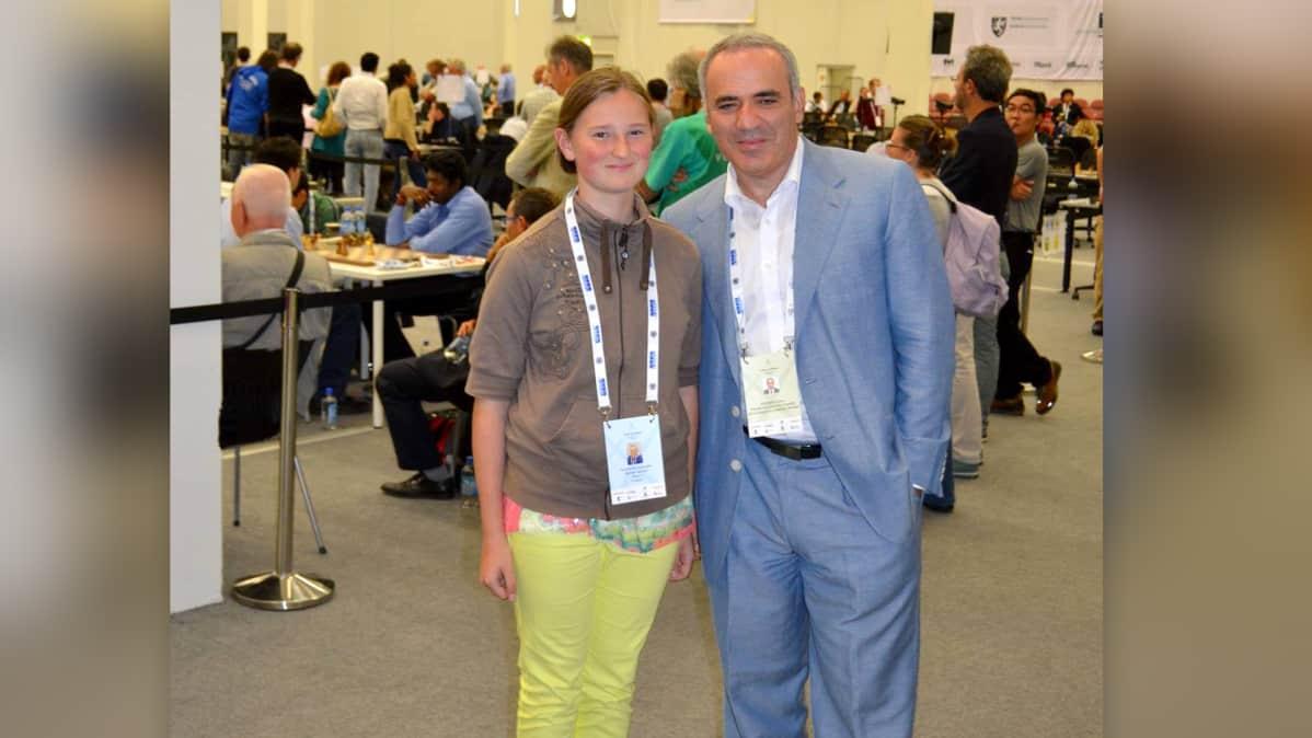 Anastasia Nazarova ja Kasparov yhteiskuvassa.
