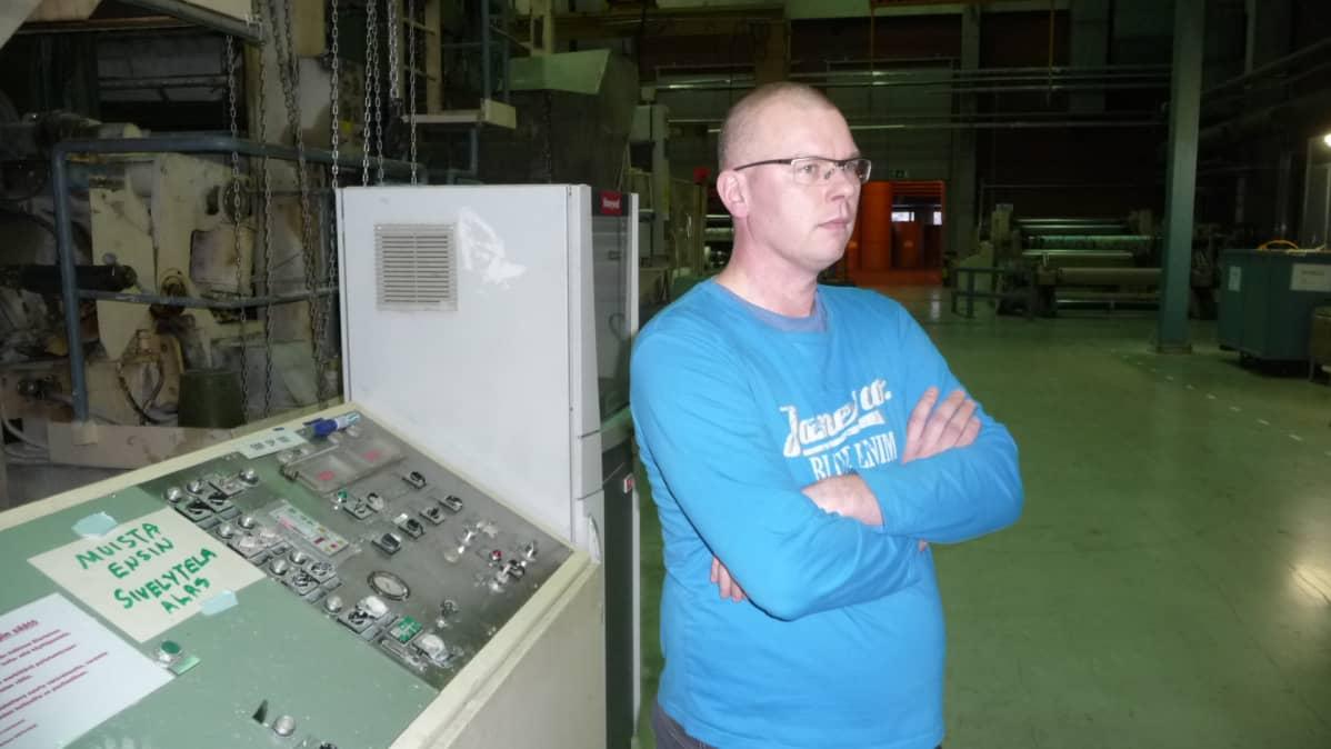 Päällystyskoneen tuotantopäällikkö Janne Vornanen on työskennellyt tehtaalla lähes 20 vuotta.