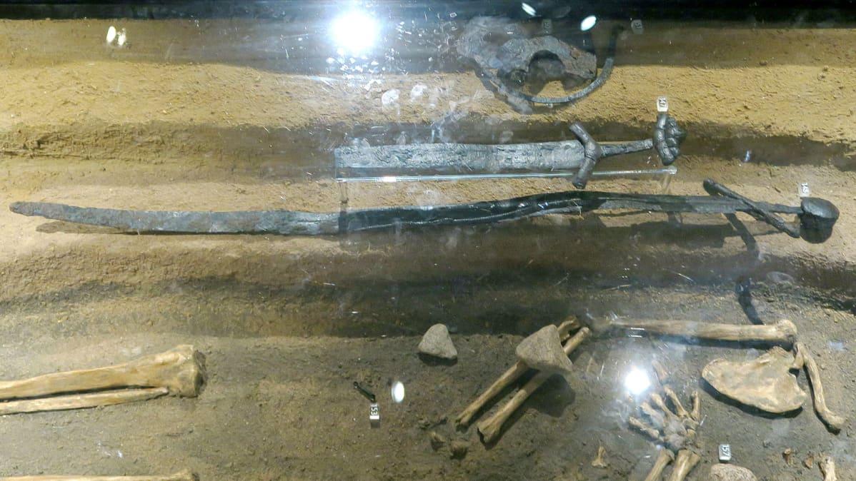 Kaksi miekkaa vitriinissä