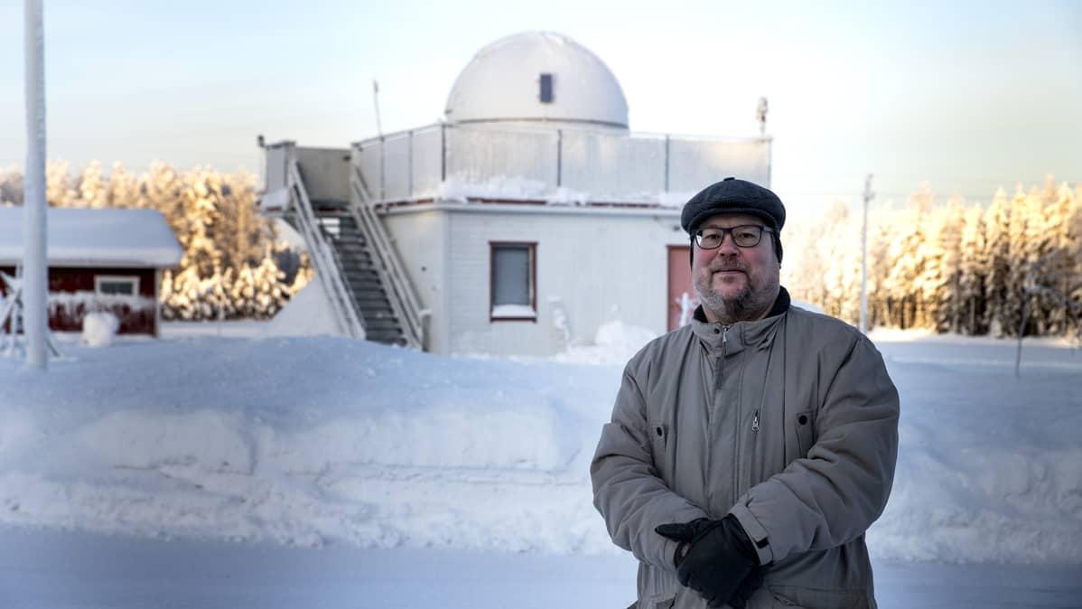 Arto Oksanen seisoo Hankasalmen observatorion edessä.