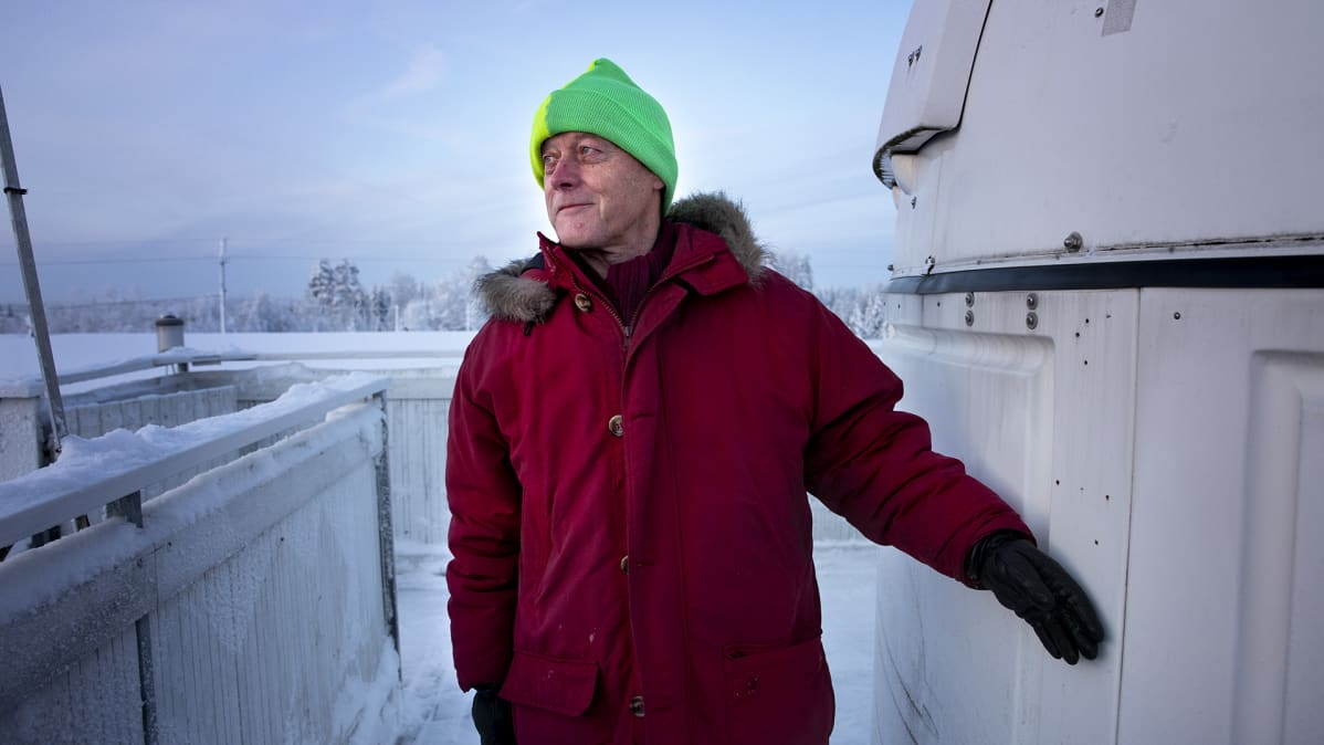 Kauko Saarinen Hankasalmen observatorion edessä.