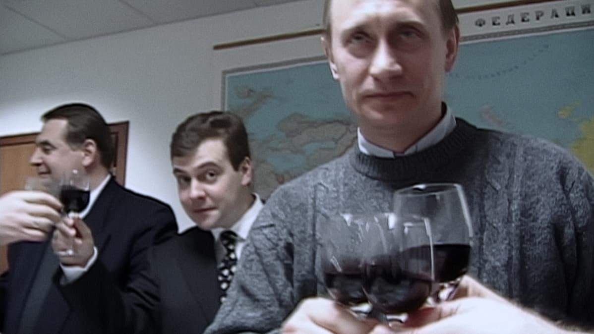 Vaali-iltana Putinin joukoissa riemuitaan. Manski käy dokumentissa hyytävästi läpi nimi nimeltä, ketkä kampanjaväestä sittemmin siirtyivät oppositioon, ajettiin maanpakoon, tai kuolivat hämärissä olosuhteissa.