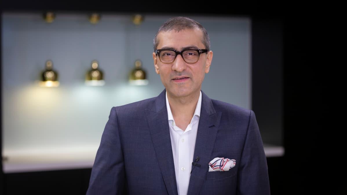 Nokian toimitusjohtaja Rajeev Suri katsoo kameraan.