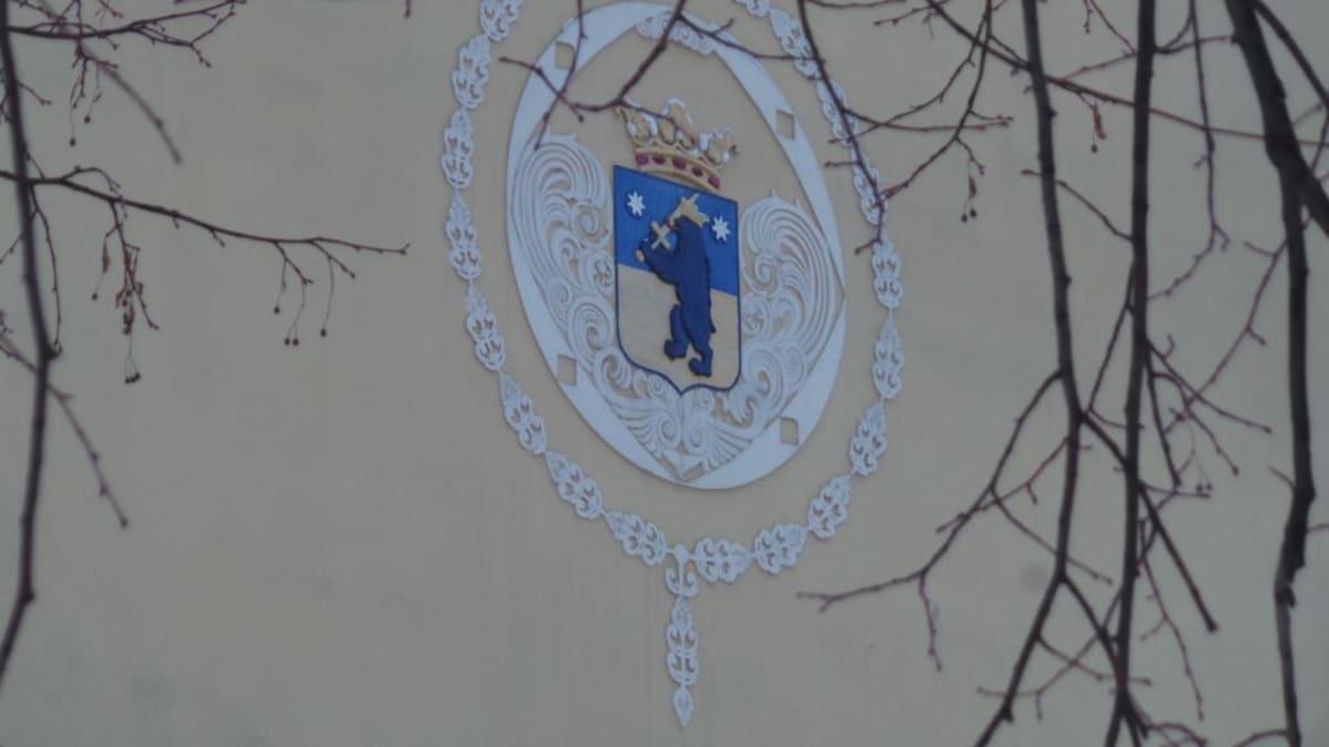 Porin vaakuna Cygnaeus-koulun seinällä