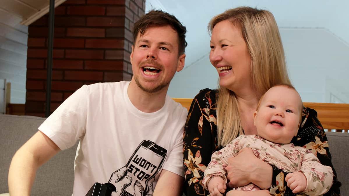 Thomas ja Titta Halloran sylissään Isla-vauva