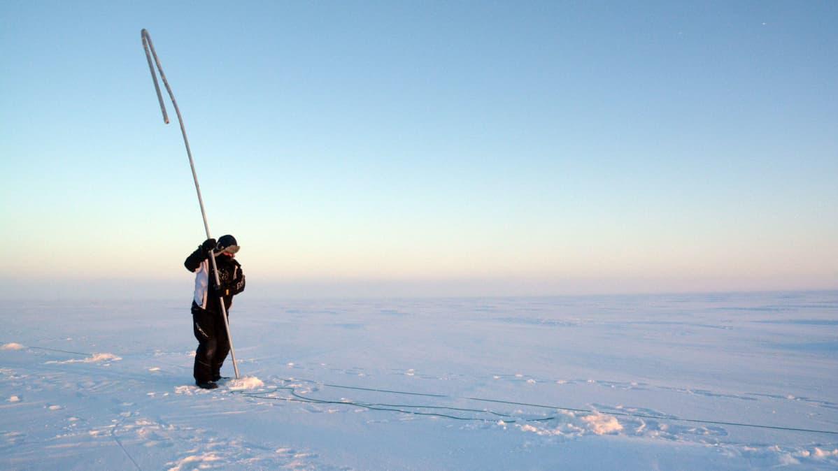 Tauno Suomalainen ja uittosalko Perämeren jäällä