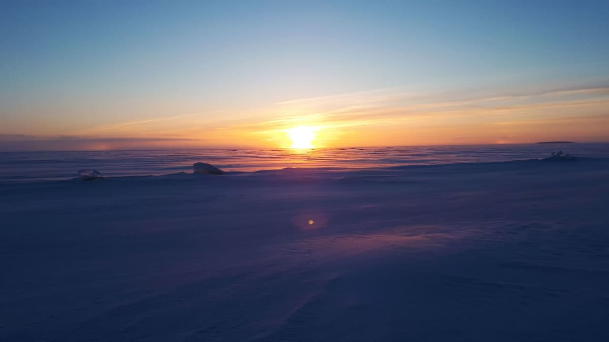 Auringonnousu meren jäällä