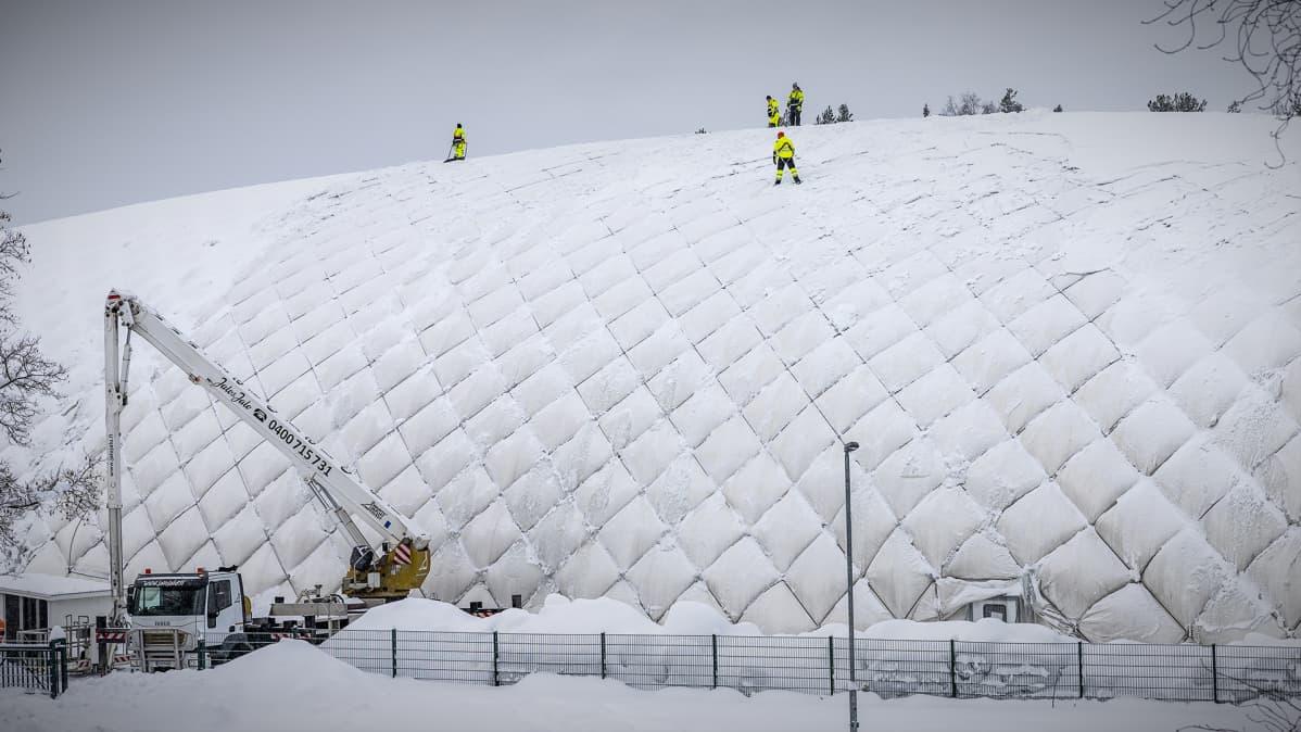 Kortesuon ylipainehalli eli Vehkahalli suljettiin noin viikoksi katon lumikuorman takia.