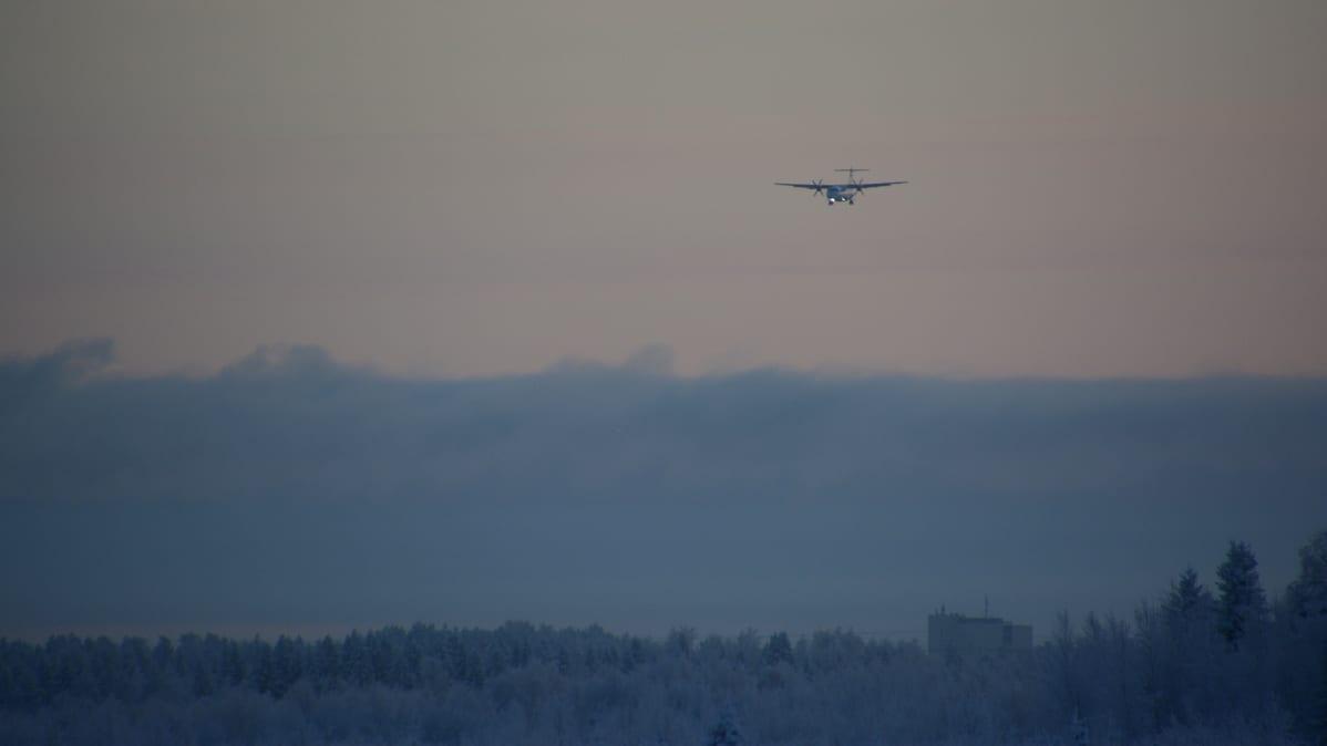 Norran kone lähestyy Kemi-Tornio -lentoasemaa talvisen pakkasilman läpi, horisontissa näkyy Kemin kaupungintalo.