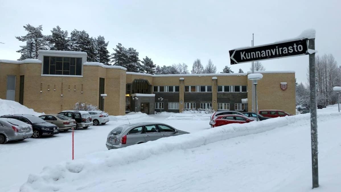 Kunnanvirasto lumen keskellä.