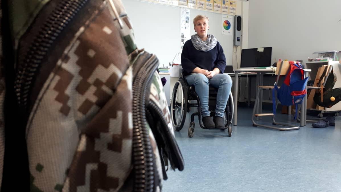 Jenni Koskinen selittää pyörätuolissa tilannettaan