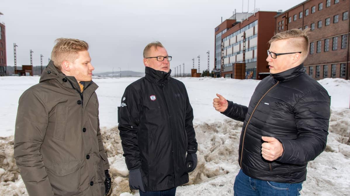 Sami Kolsi, Kari Nuutinen ja Joni Pakarinen Jyväskylän MM-rallin Serice Parkissa helmikuussa 2019.