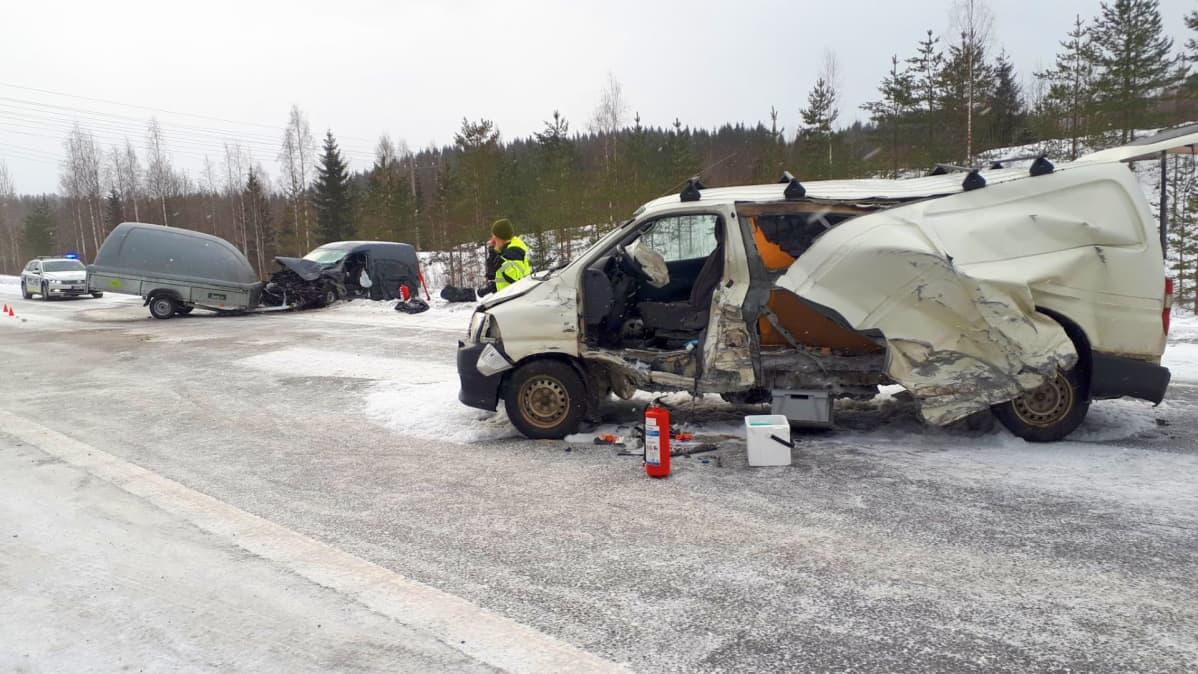 Kaksi pakettiautoa kolaroi rajusti Muuramessa.