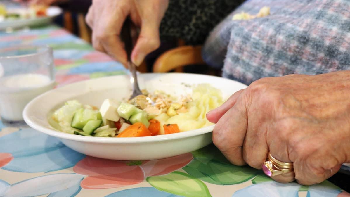 Vanhus ruokailee