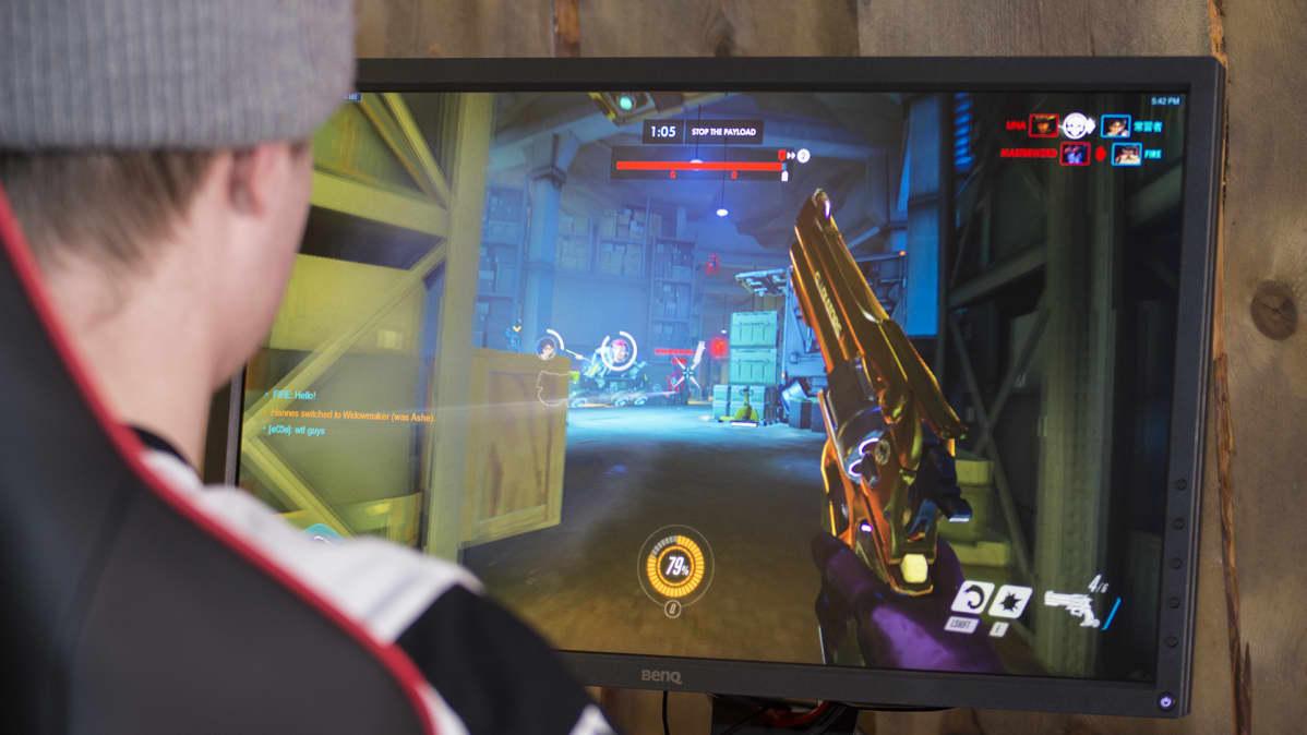 Mies pelaa Overwatch-peliä