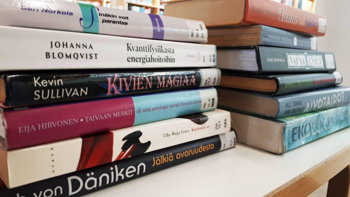 Kirjapinoja pöydällä.