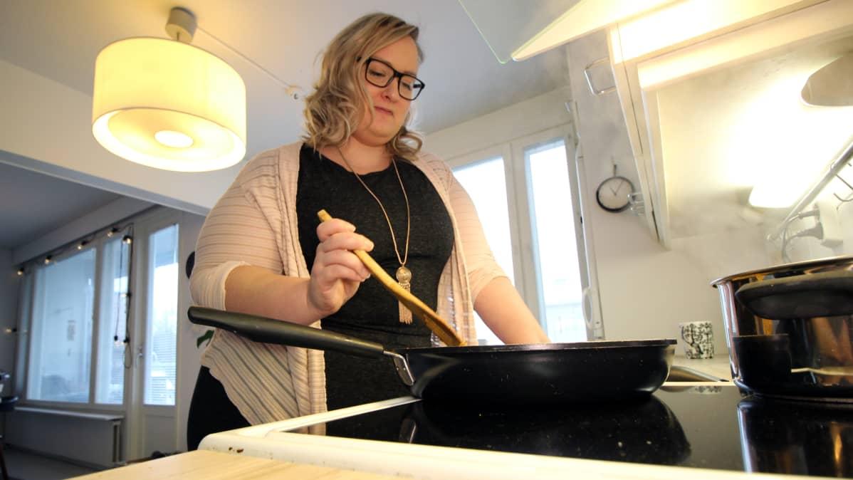 Tanja Rongas laittaa ruokaa.