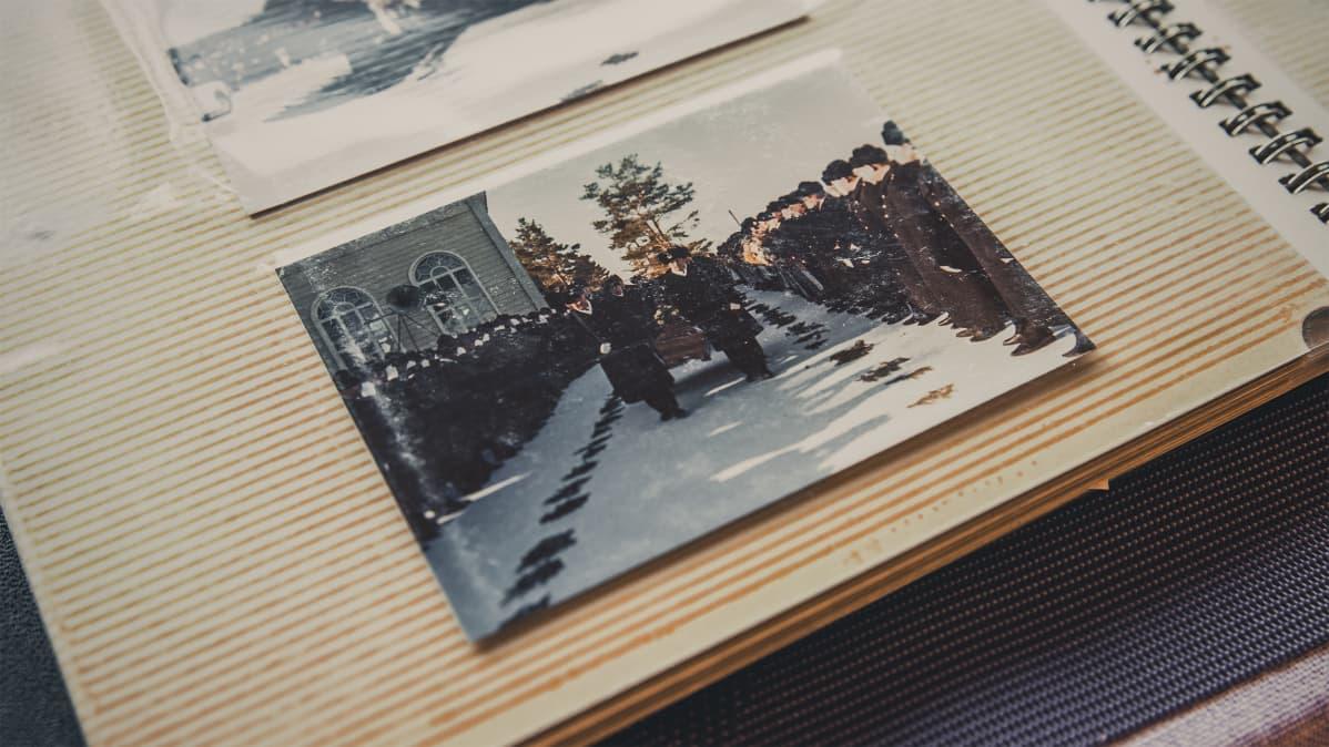 Vanha valokuva poliisien hautajaisista.