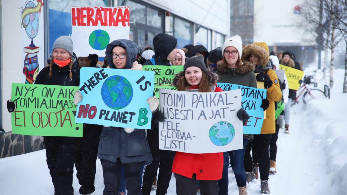 Koululaisia marssimassa ilmastonmuutosta vastaan Kemissä