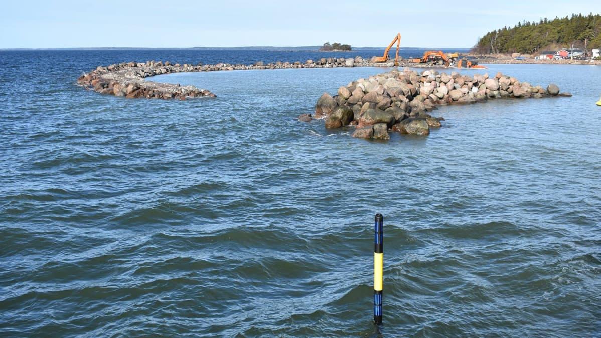 Pyhtään Kaunissaaren sataman aallonmurtaja, jolta yksi kaivureista on vajonnut mereen.