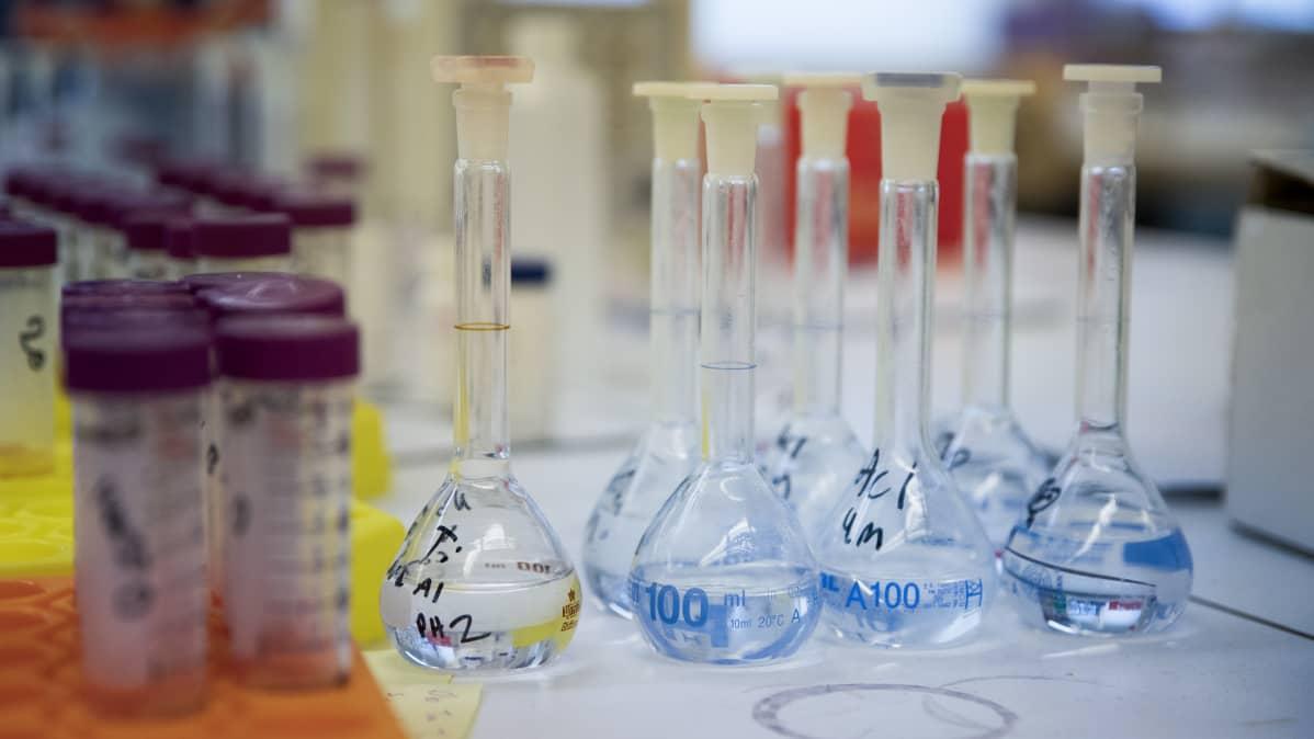 näytepulloja laboratoriossa
