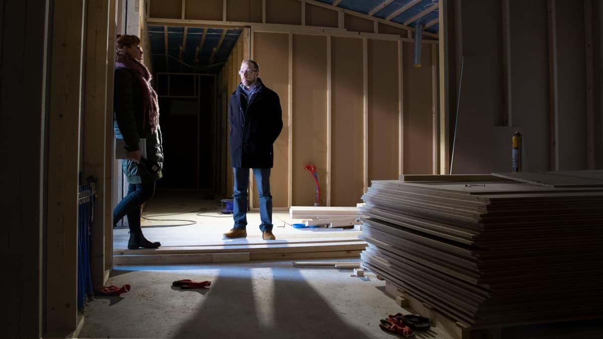 Tero Anttila ja toimittaja rakenteilla olevassa omakotitalossa.