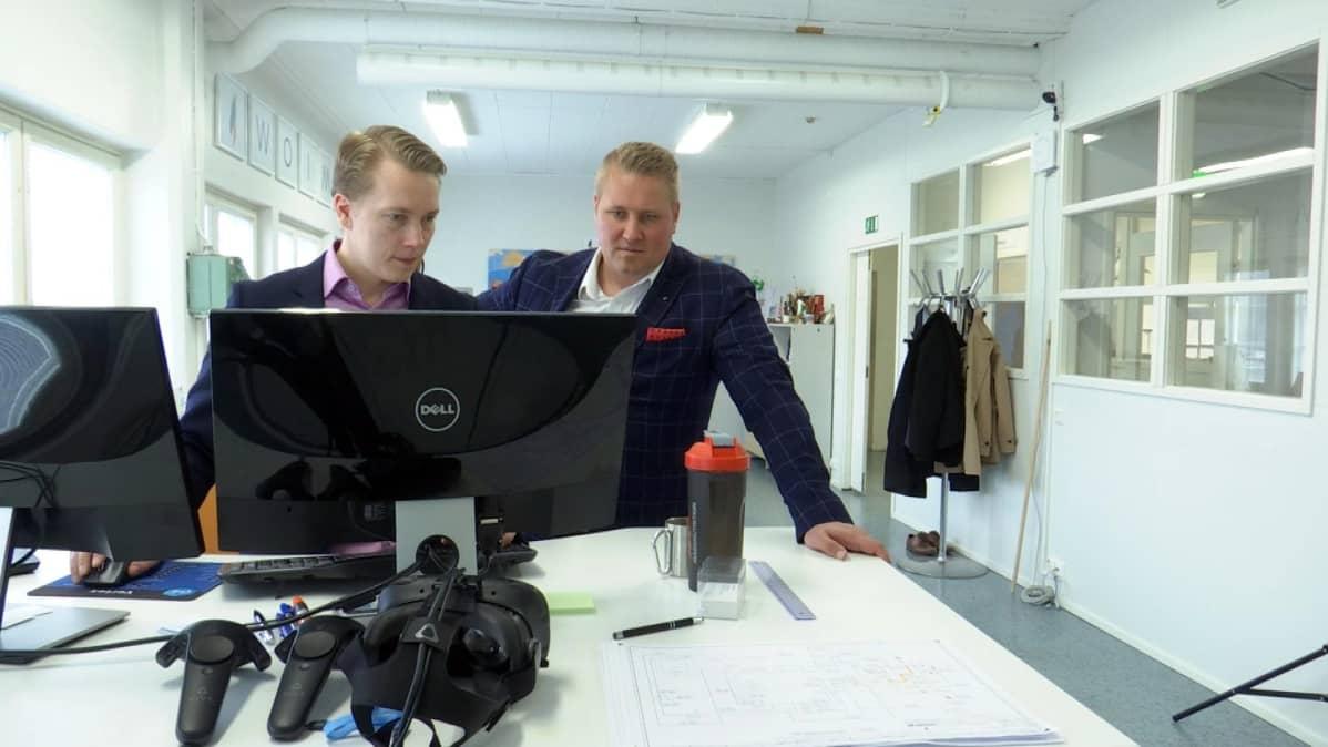Tapani Korhonen ja Henri Kinnunen tietokoneen äärellä