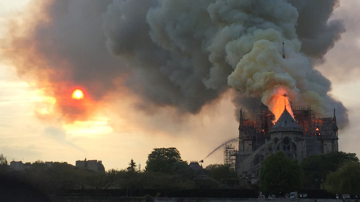Notre Dame -katedraali palaa Pariisissa 16. huhtikuuta.