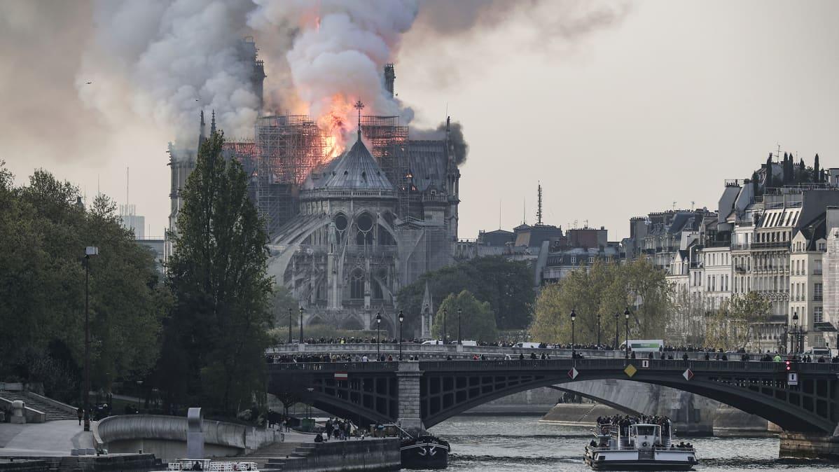 Notre Dame -katedraalin katto palaa Pariisin keskustassa 15. huhtikuuta.