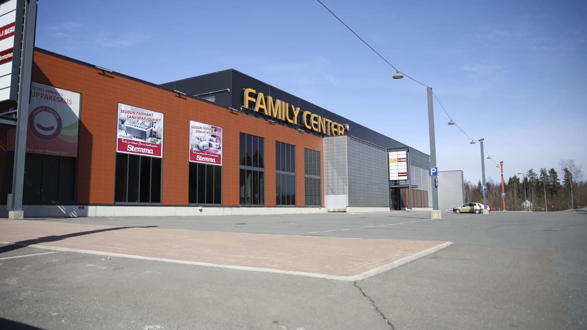 Kauppakeskus Family Centerin tyhjää parkkipaikkaa