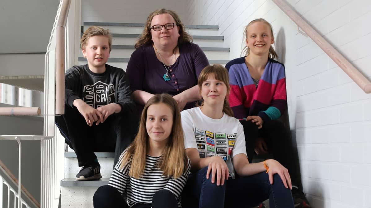 Takana vas. Nuutti Ollikka, Enni Lainesalo, Iiris Seppänen ja edessä vas. Sara Lehto ja Saima Valaja istumassa portaikossa.
