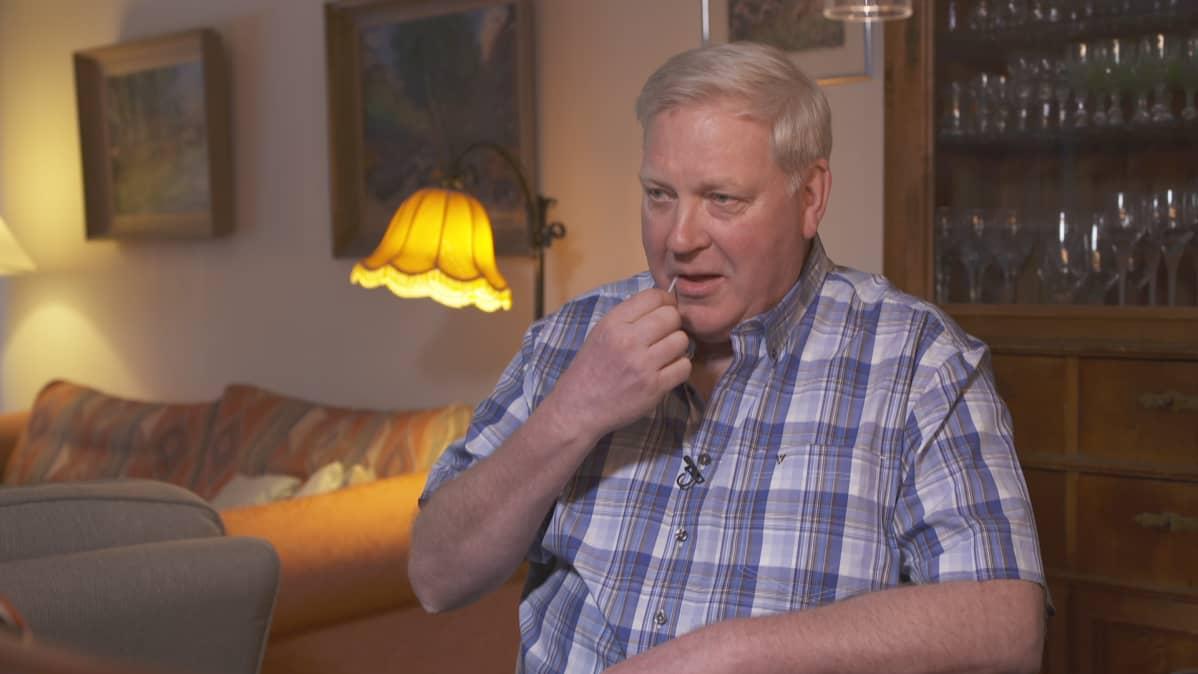 Tom Stenvall tekee DNA-testiä eli pyorittaa pumpulipuikkoa poskessaan